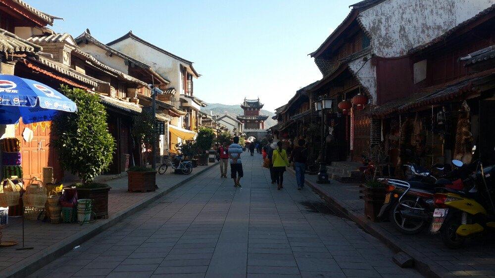 云南有很多古城,风格没有太多不同,特别是涉及到茶马古道历史的。但,喜欢古城是因为它的历史感,厚重感,总感觉时光穿梭、时间停滞了。巍山古城不像沙溪古镇,隐匿在深山里的小村庄;也不像大理、丽江古城那样繁华、喧闹。一条主街贯穿了2个牌楼,四通八达的小巷把古城与外界连接。