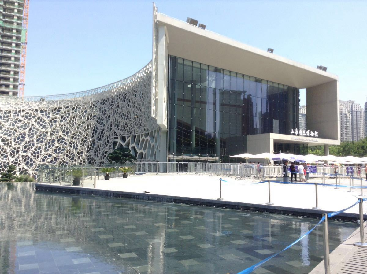 """上海自然博物馆是中国最大的自然博物馆之一,位于静安雕塑公园,场馆宛如一只""""绿螺"""",外观独特。如今的新馆内展出了上万件标本藏品,内容丰富,尤其以一副体长约26米的中加马门溪龙的骨架最为抢眼,是亚洲最大、世界上脖子最长的恐龙。 博物馆新馆共有五层,地上2层,地下3层,通常会从地上二层开始依次往下游览,全程约需要半天至一天的时间,请分配好体力,最后的地下二层是最丰富的展区。馆内的常设展览有10个,分为自然演化、生命环境、人类文明三个体系。 二层的""""起源之谜""""展厅以"""