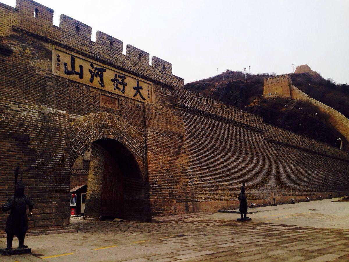 是,就只是一个门,但它建于清顺治元年(公元1644年)具有350多年历史,是中国万里长城中四大关口之一,在历史上曾有重要地位。现在,仍为通往口北的要道。它是一座条石基础的砖砌拱门,门墙高12米,底长13米,宽9米,有木质铁皮大门两扇。顶部为一平台,长12米,宽7.5米。外有1.