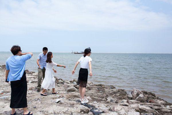 恒大威尼斯正门 没发现适合扎营的地方就先去黄金海滩踩文蛤去,玩好再说。恒大威尼斯不远就是黄金海滩了,其实就是一片海滩围了一道围墙门票30,倒也不算贵,可惜没有任何旅游配套,只有一片沙滩,木有马,木有沙滩摩托,观光车停运了。。。进门的地方贴着文蛤(文蛤又称为蛤蜊别名华哥,另有称谓为丽文蛤、蚶仔(hn-zi)、粉蛲(fn-no),白仔,是属于双壳纲帘蛤目帘蛤科的贝类,是重要的食用贝类之一。壳呈圆形略呈三角形,内面为瓷白色。原产地为日本,朝鲜半岛、中国大陆、台湾沿岸也有分布。台湾西南沿海的沙岸有养殖文蛤。