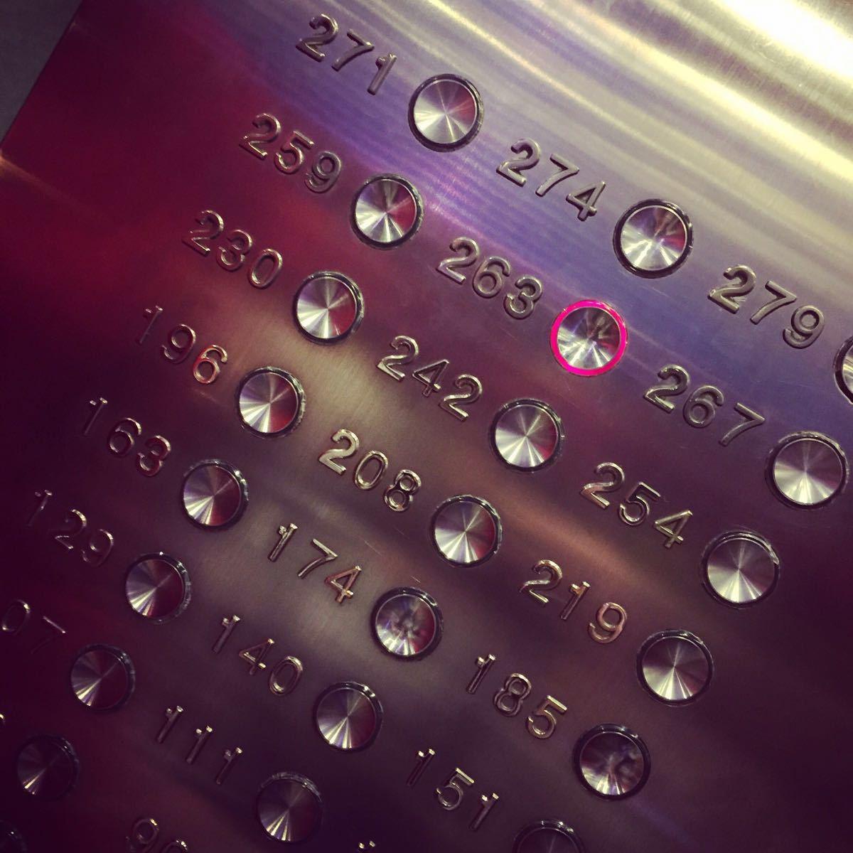 """东方明珠矗立于上海浦东陆家嘴,与外滩隔江相望,是上海的标志性建筑。乘坐全透明观光电梯登上351米高的观光层,可将浦江两岸风光一览无余。若在267米高的空中旋转餐厅一边品尝美食一边欣赏申城夜景,更是超凡的体验。 东方明珠塔高468米,由11个大小不一的球体串联一体,此设计来源于""""大珠小珠落玉盘""""的美妙意境。登上三个主球体,可站在不同的高度品赏浦江两岸的城市风光,尤其站在259米高度的全透明观光廊上,以""""空中漫步""""的独特方式欣赏申城全景。而夜晚登临观光层感受&l"""