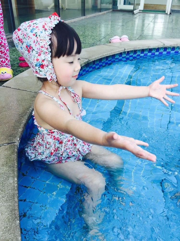 在酒店游游泳 给同行的小美女