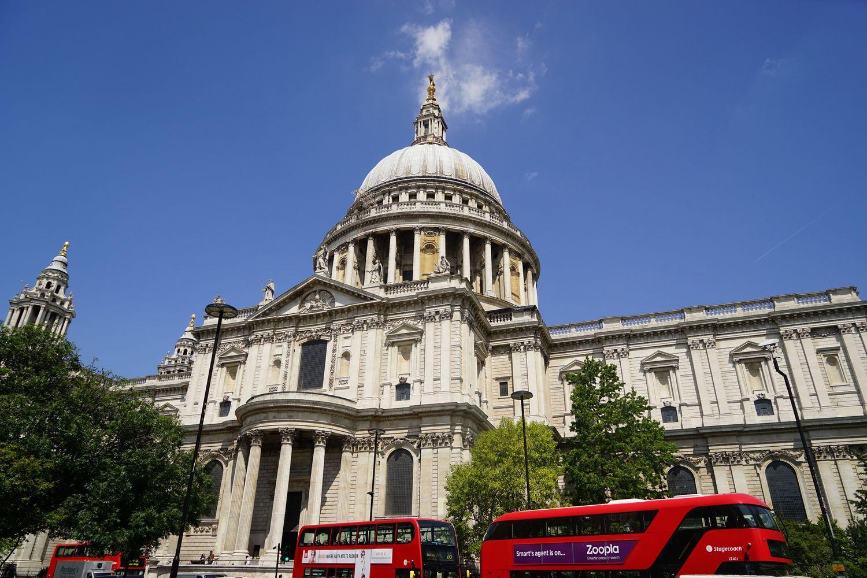 建筑是华丽的巴洛克风格,它是世界第二大圆顶教堂, 英国古
