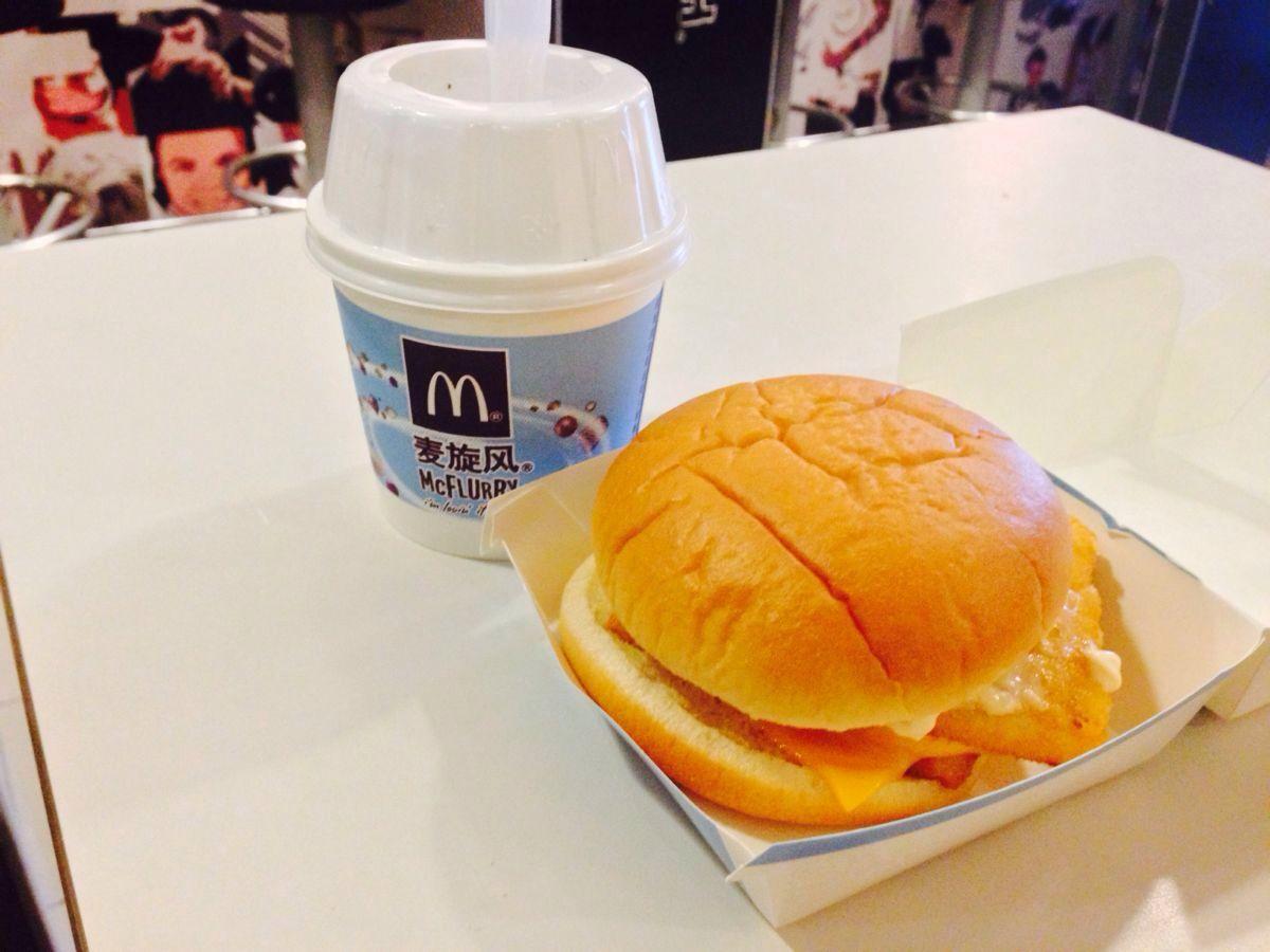 22元麦香鱼汉堡加巧克力旋风冰淇淋,微信扫描关注麦当劳微信后,可享受图片
