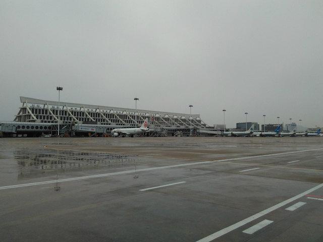 厦门高崎国际机场目前从2014年11月开始, 就开始启动T4航站楼, 但是原来大家熟悉的T3还是继续给厦航, 南航, 河北航空跟国际航线使用, 其他都转移到T4航站楼, 所以搭飞机的朋友们, 不要走错航站楼。 交通:目前去厦门机场T3或T4最方便的方法就是打车, 而且厦门岛内而很小, 所以从厦门最南点(夏大)到机场的话, 基本上就差不多在70-80, 如果从SM广场的话, 打车就差不多20, 所以基本上, 在厦门打车去机场价钱还算可以。到T3的话, 也是可以搭公交车, 但是需要走出航站楼外去外面公交牌等候