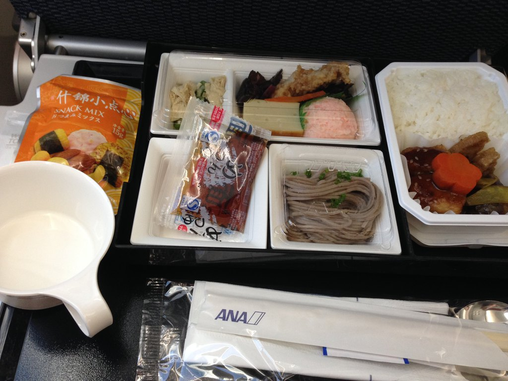 飞机上有菜单和饮料单,小瓶的红酒非常可爱,还有
