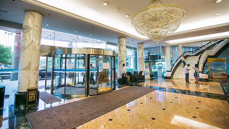 进入酒店大堂,欧式吊灯与黄色大理石地砖相互辉映,整个大厅明亮宽敞