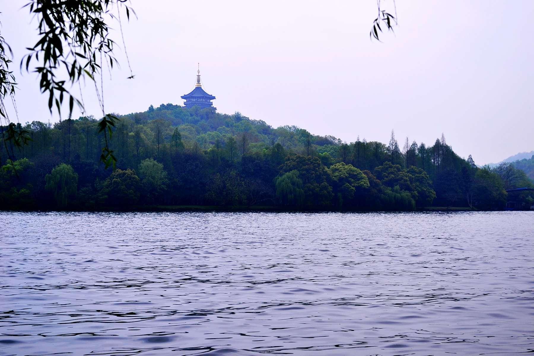 苏堤春晓作为杭州西湖十大景区之一,可以说是名副其实的美景! 苏堤是在北宋时期,苏东坡来杭州任知府的时候,为了发展西湖交通经济而决定与民众一起合力修建一座跨湖大堤,后人为了纪念苏东坡便把此堤命名为 苏堤了。整个苏堤最为显著出名的就是翠柳,春季来逛苏堤的时候可以看到整个西湖的胜景,在苍翠如滴的翠柳的装饰下整个西湖显得尤为美丽!真正的能让你感觉到西子湖畔的蕴含的真正魅力与美妙了! 苏堤是与杨公堤并行而走的一条跨湖长堤,与其一样都是南北走向的。北起岳王庙与武松墓交汇点,南终止苏东坡纪念馆。 苏堤门票:逛苏堤是不收