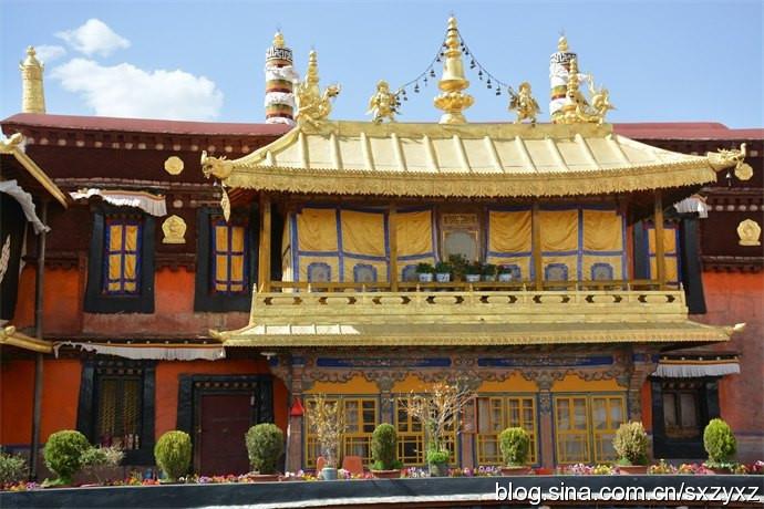餐厅带有浓郁的藏式风格,二楼有藏族歌手在吧台旁献演节目,客人以外图片