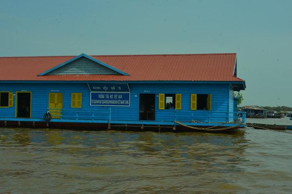 水上学校的房子不错,蓝色的木板房,红色的房顶,还有孩子在里面上课
