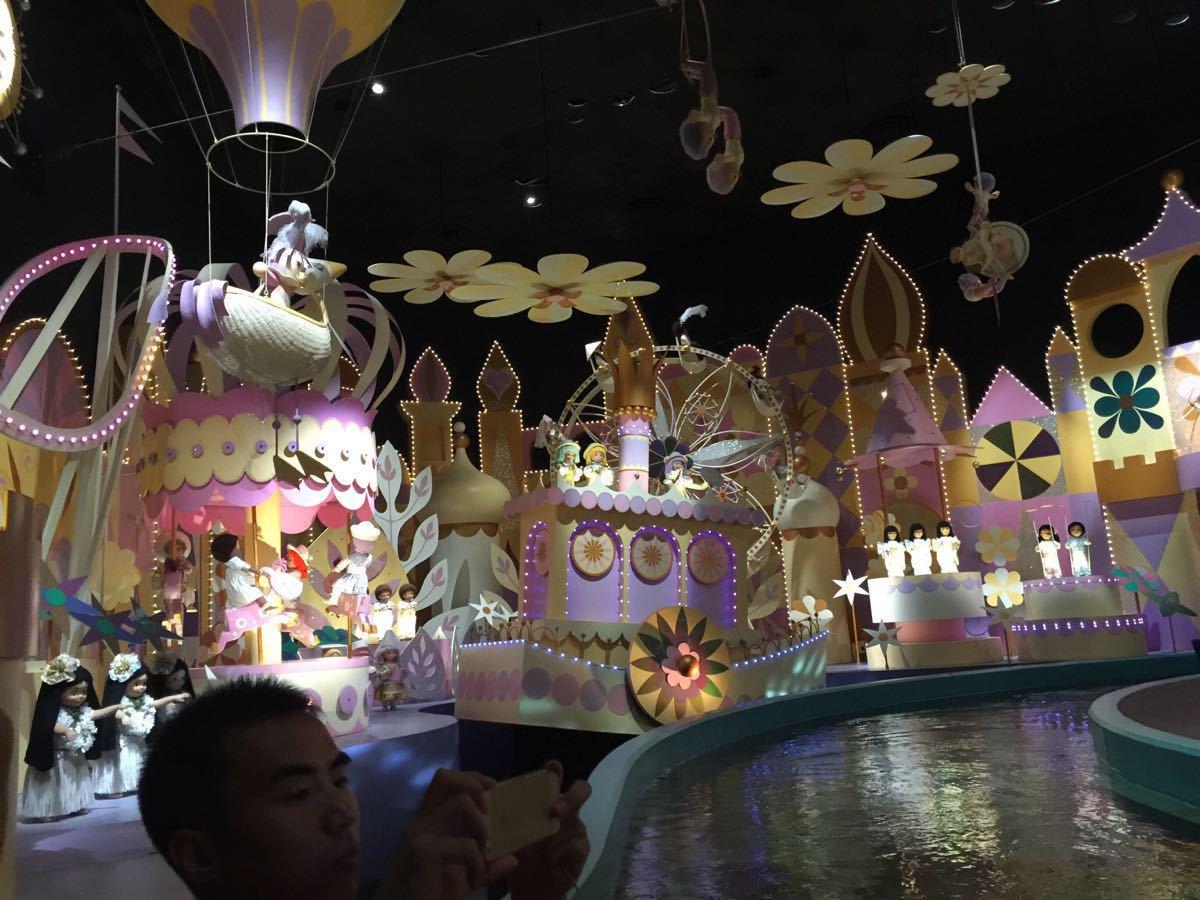 迪士尼是香港去值得去的地方,里面面积不大,但每个景点都要排队,当然