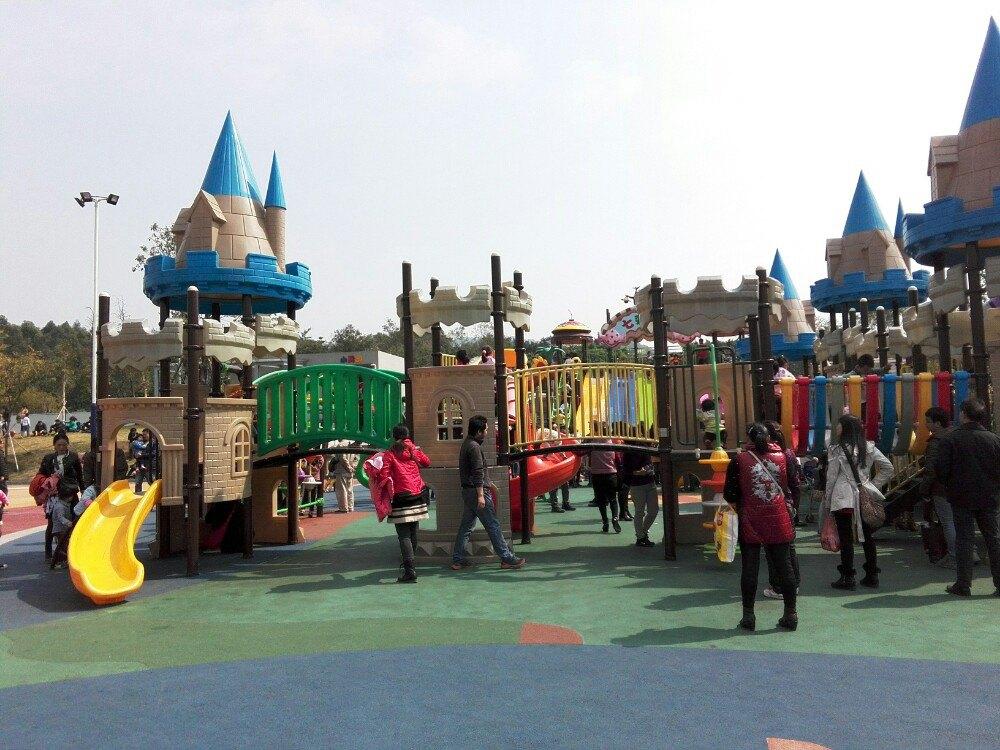 吃的饱饱了之后打道回府。 最后说说儿童公园的游玩体验总结 优点:交通方便,地铁口出来几分钟就到了,公园占地面积大而且免费,小孩子玩的大型设备多,可以挖沙子,放风筝。还有大草地可以跑跑跳跳,踢球放风筝。 缺点:公园还在建设中,树木种上的时间不长,基本没有树荫比较晒,周围吃饭的地方几乎没有,需要坐车一个站左右到达五号停机坪或者机场路上的饭店找吃的。建议提前准备好食物,比如面包鸡翅水果等等,玩饿了可以吃,玩累了再出去找地方好好吃点东西。