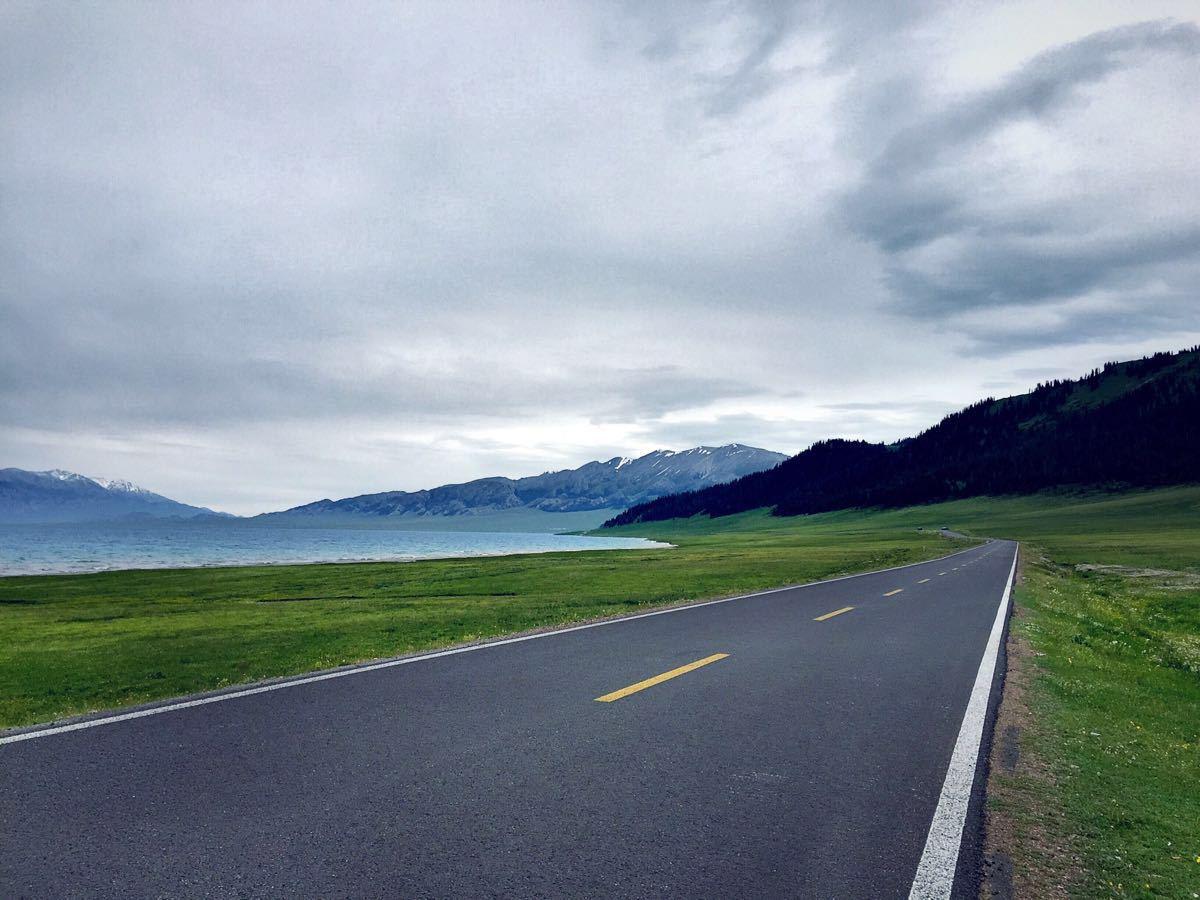 赛里木湖旅游景点攻略图攻略游甲士手倩女图片