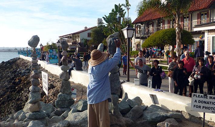 圣地亚哥海港村(SEAPORT VILLAGE)在海边,是绝对不能错过的景点,自然风光和人文特色俱佳,休闲,拍照,购物和餐饮都会有趣味。海边有很多艺人,画像外,和鹦鹉合影,艺人堆石头,演唱,非常热闹。坐坐两栖鸭子车,租个自行车骑着看景,绕海港村步行都不错。特别是傍晚,坐在海边的酒吧咖啡店,看着日落和各色各样的人群,是一种享受。在海边放风筝,可以和当地人有一拼。带上饮料和食品,在草坪上野餐,有时间可以在那里呆上一天。