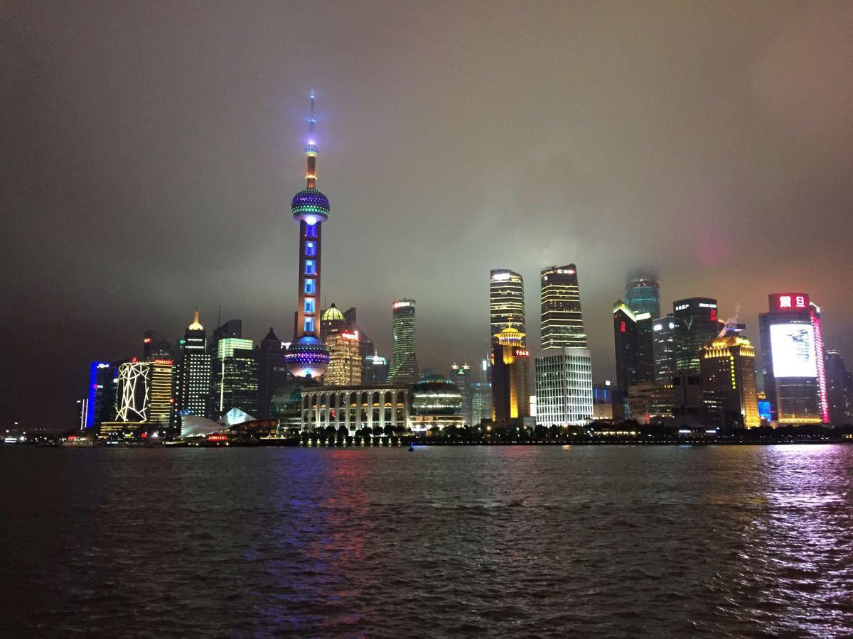 美,夜晚中的东方明珠图片