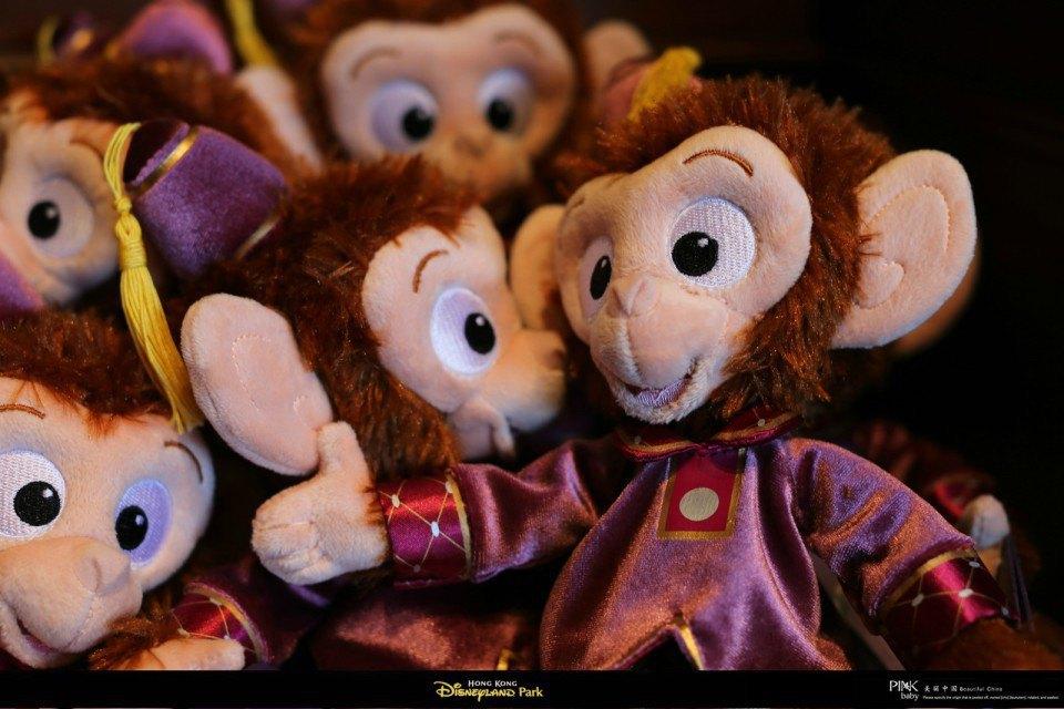 相信大家对迪士尼卡通的形象都很熟悉,米奇、米妮、唐老鸭、黛丝、高飞、布鲁托、花栗鼠、奇奇和帝帝、美人鱼、爱丽儿公主、白雪公主、贝儿公主、灰姑娘、爱洛公主、茉莉公主、小熊维尼、花木兰等等都是迪士尼卡通里面的经典人物。 在迪士尼乐园里,我们仿佛进入了一个童话的卡通世界里面,可以看到大大小小的卡通人物,有的是真人扮演的,有的是玩偶,都非常的可爱。尤其是商店里的迪士尼特色玩偶,更是让人驻足不前。 活泼可爱的米奇和米妮!米奇是迪士尼公司的代表角色,可以说是它开创了华特迪士尼王国的一切。