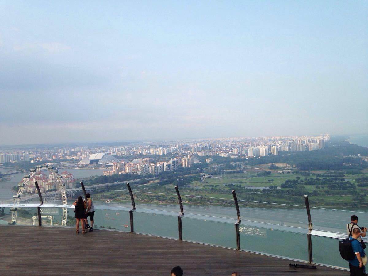 金沙现在几乎是鱼尾狮以外最著名的新加坡地标, 站在鱼尾狮公园远望过去感觉这货真是要突破天际的节奏! 逛完滨海湾花园顺着天桥就可以从金沙酒店内部大概4,5层的地方穿过, 想到大堂仔细看看就要再穿过后坐电梯下去了, 酒店屋顶无边泳池是必须入住才能享受, 游客可以购买观光票到位于屋顶东北侧的观光平台游览.