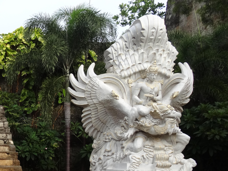 印度教的神很多门口有诸神的塑像各个端正圆润,衣着华丽.