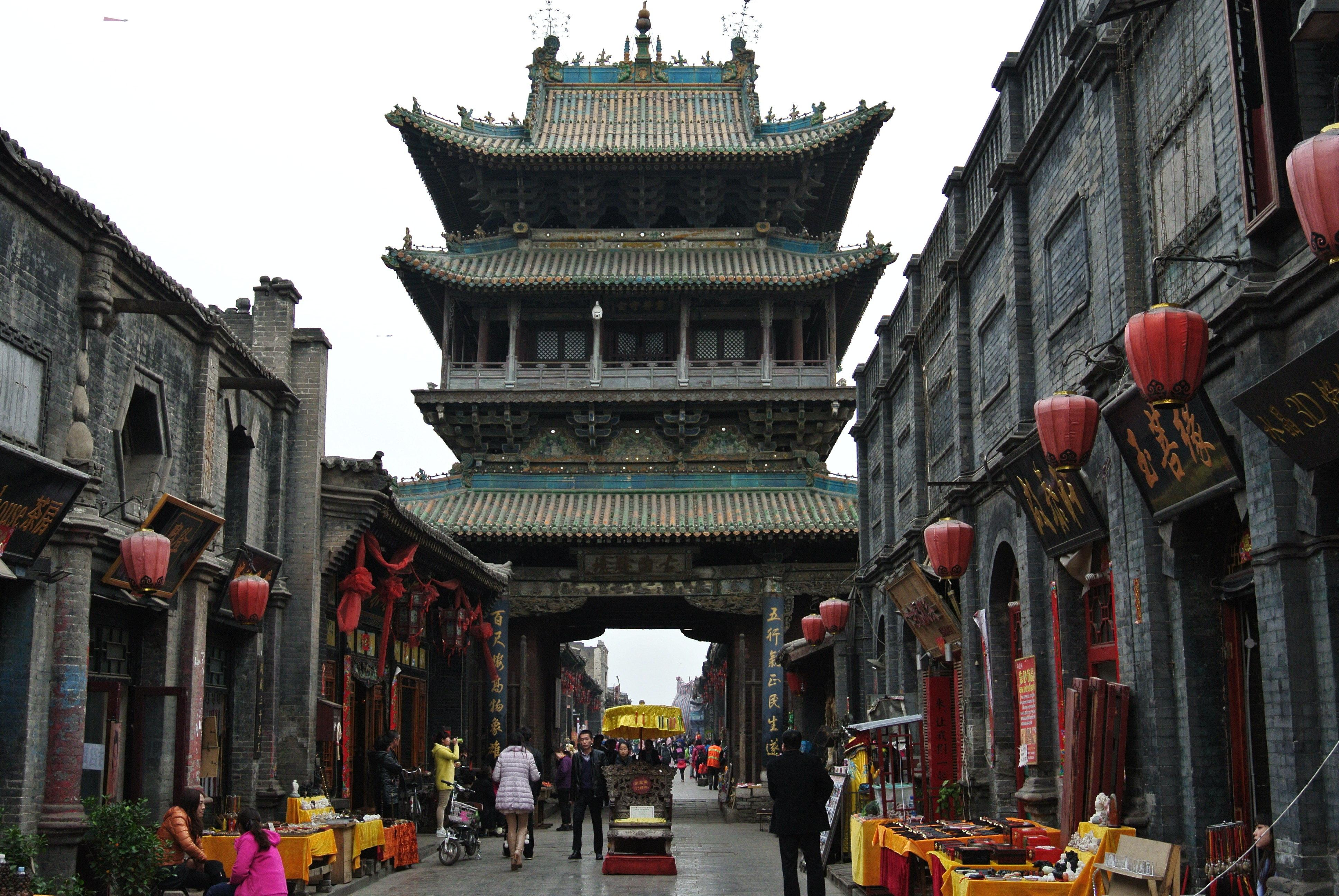 平遙古城,中國四大古城之一,是中國保存最完整的明清古縣城,1997年就被列入世界文化遺產。古老的城牆、縣衙、鏢局、票號帶你穿越歷史,回味百年前山西晉商的智慧和平遙古城的繁榮。走在古老的縣城里,撫摸著古老的磚石,會感慨時間鑄就了無數的傳奇,也摧毀了無數的文明,現在保存下來的古建築都值得我們珍惜。交通路線:從北京西站坐高鐵,太原站下車,2個小時;然後從太原坐車到平遙,提前買好所有的車票,注意時間的銜接。但是太原-平遙的火車可能會晚點。我在回來的時候火車就晚點了,差點沒有趕上下趟的回程的高鐵。到平遙火車站後,有