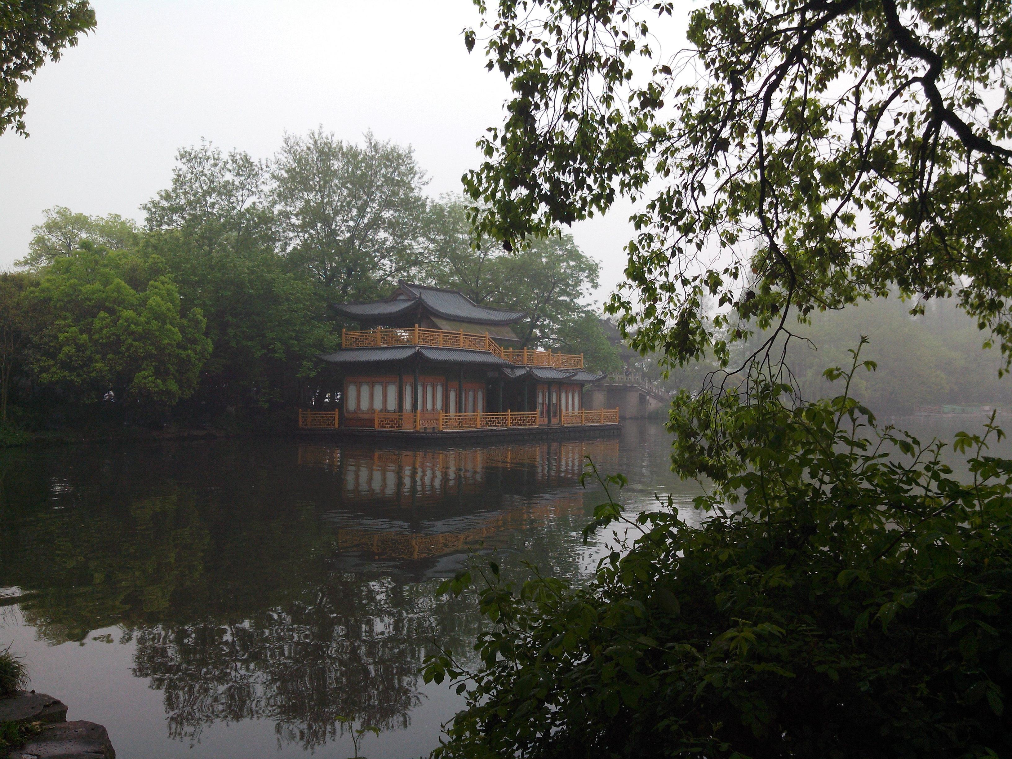 西湖无疑是杭州之美的代表,著名的西湖十景环绕湖边,自然与人文相互映衬,组成了杭州旅行的核心地带。你不必执着于走遍每个景点,倒可以花上半天或一天在湖边徜徉一番,无论怎么玩,都让人心情舒畅。西湖概览游玩西湖可以步行、坐游船、乘电瓶车,也可以自驾或者骑行。其中,电瓶车是最方便省力的,环西湖有招手即停的游览车,线路正好绕西湖一圈(10元/区间,40元/全程);沿湖骑行浪漫又悠闲,西湖沿岸有不少租借公共自行车的点,现场办张卡便可租车;若想坐船游览,湖边有近10个码头,有各种不同的船和线路,比较