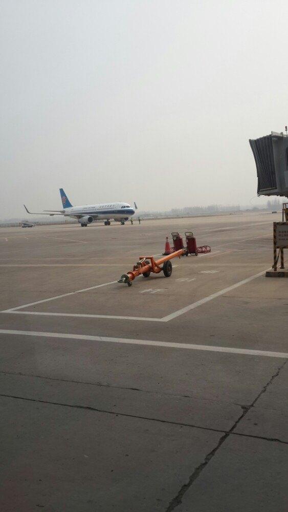 预先买的联程机票,第一段福州至郑州,第二段郑州至乌鲁木齐。母亲在武夷山崴了脚骨折打了石膏,乘坐轮椅上的飞机,在福州机场的贴心服务让我们感动着,但在郑州机场换乘时服务形成鲜明对比。办登机牌时听说母亲打了石膏,让我们一边等待,说要请示领导如何办;申请轮椅时让我们等一小时,我和姐姐两人陪母亲出游,告知我们只能一人陪母亲,另一人要过普通安检通道;托运我们自己的轮椅时让我们到大件行李柜台办理;我们一边推着母亲,一边跑来跑去办各种手续。快到登机时间了机场工作人员才来,让我们自己推轮椅(在福州机场工作人员亲自推轮椅,我