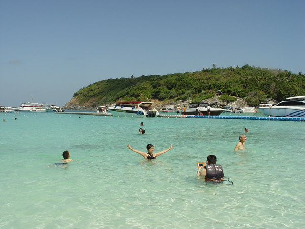 不过皇帝岛的碧海蓝天白沙滩,这般人间盛景足以弥补浮潜的缺憾了.
