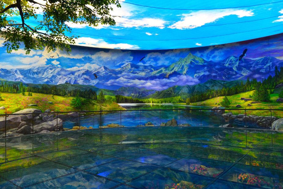 神圣的香格里拉,壁画完全是手绘的,听介绍说是齐兴华大师的杰作.