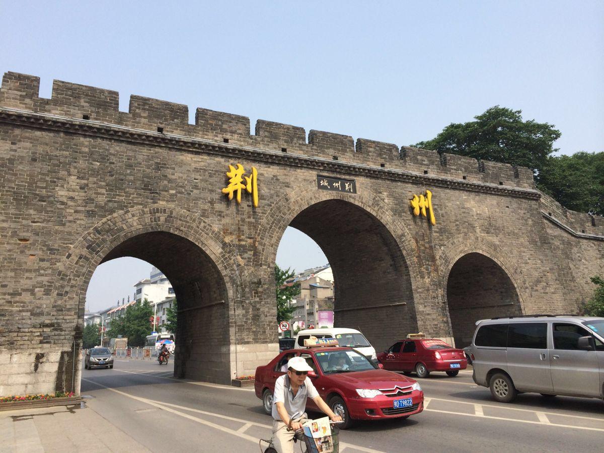 始建于两千多年前的春秋战国时期,现存城墙城内东西长3.75公里,南北宽1.2公里,面积4.5平方公里,城墙周长10.5公里,大部分为明末清初所建(当地人则更愿意相信是关老爷当年所建),是国内南方地区保存最为完好的古城墙,城内可以从多处上城墙,都要收门票,游客一般是从城东的宾阳楼上城墙,门票35,学生票18。本人便是从此上的城墙。当然也可以不上城墙,城下以及瓮城都是可以免费参观的。 上城墙后,大约可以走一公里的距离,路尽头是一扇大铁门挡住去路。整个荆州城的城墙看上去有些斑驳,走在城墙上也是坑坑哇哇的感觉,但