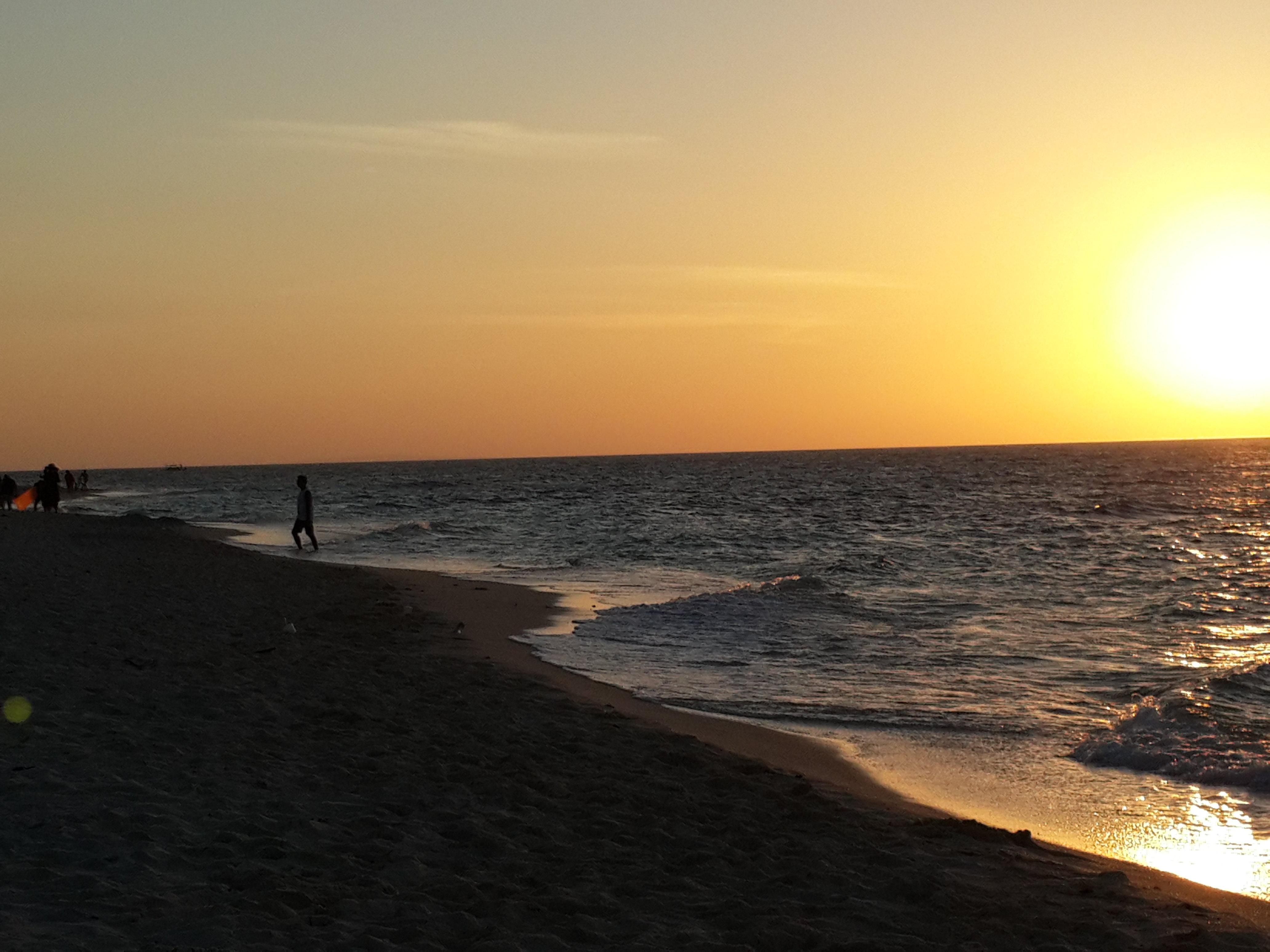 慕名而去。一是因为名气较大(梁静茹的婚礼举办地,也是她的婚纱外景地),二是想去看看能否发现普卡贝壳,(如果可以,拍摄几张贝壳照片)普卡海滩以闪亮的普卡贝壳闻名。路程是稍有点远,从S3过去坐车需要半个小时。因为普卡海滩在最北面。我们是一早过去的,到了海滩比较早,人不多,后来就慢慢多起来了。总的来说,风景还是很不错的。海面呈多种颜色,深蓝、中蓝、淡蓝。海面上行船不多,但不时也会有帆船从远处驶入。海浪比白沙滩的浪要大很多。海滩的沙子也粗得多了。水里的沙