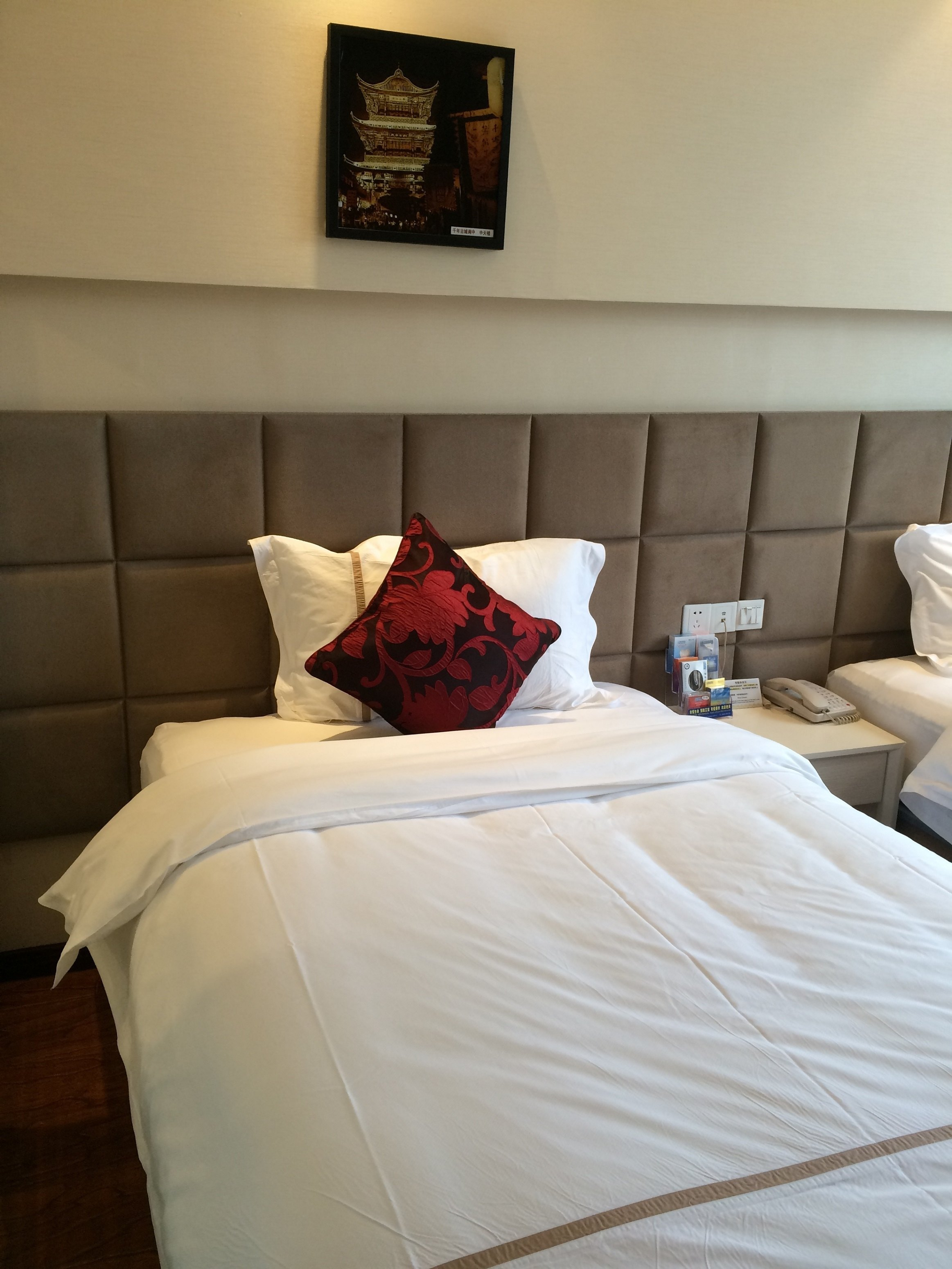 服务态度非常ok,入住的时候由于前一晚上酒店可能是房间爆满,服务员还