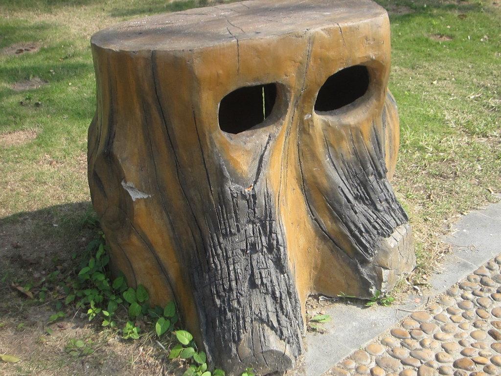 植物园里的树型垃圾桶