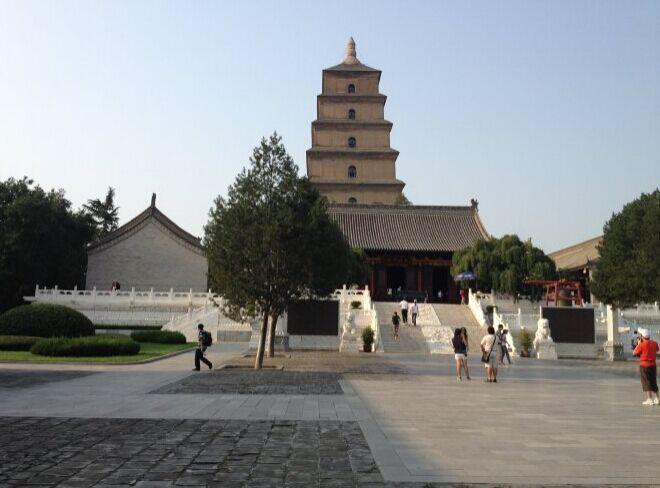 在陕西博物馆参观了近两个半小时,出来直接走到了大雁塔广场,其实不用坐公交车,走走一站路就到了,来的时候就听说大雁塔广场的音乐喷泉是亚洲第一的。大雁塔门票:50/张,学生30/张,大雁塔里面的大慈恩寺是唐长安城内最著名、最宏丽的佛寺,它是唐代皇室敕令修建的。唐三藏玄奘,曾在这里主持寺务,领管佛经译场,创立佛教宗派。寺内的大雁塔又是他亲自督造的。所以大慈恩寺在中国佛教史上具有十分突出的地位,一直受到国内外的重视。 慈恩寺是唐贞观二十二年太子李治为了追念他的母亲文德皇后而建。大雁塔初建时只有五层,武则天时重修