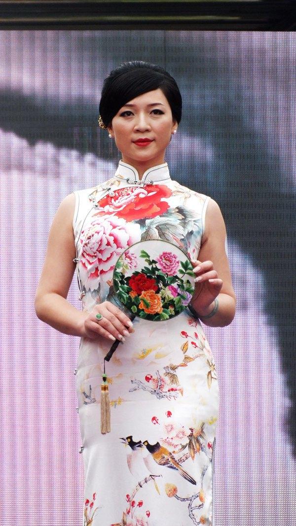 作.JOJO对主持人罗静表示,穿旗袍有很多的礼仪,站姿、坐姿、走