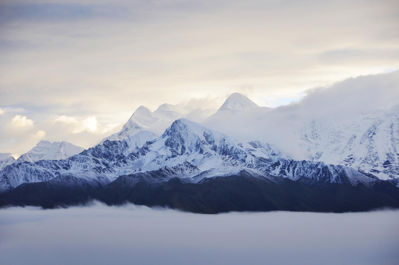 贡嘎山险峻挺拔,峰项有70平方米的平台