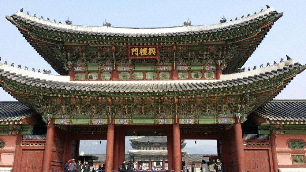 景福宫的正殿勤政殿是韩国古代最大的木结构建筑物,最雄伟壮丽,是举行