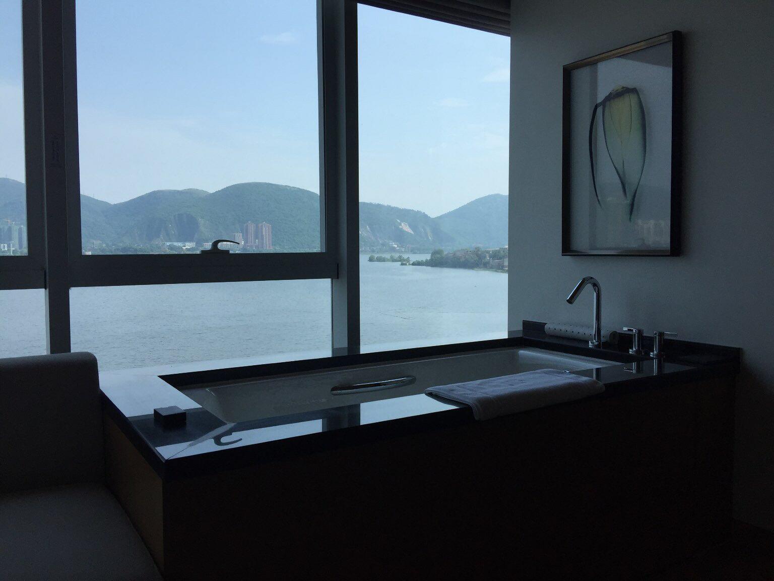 酒店一线临湖,定的湖景房,窗外风景不错,房间还算干净,但窗边的浴缸