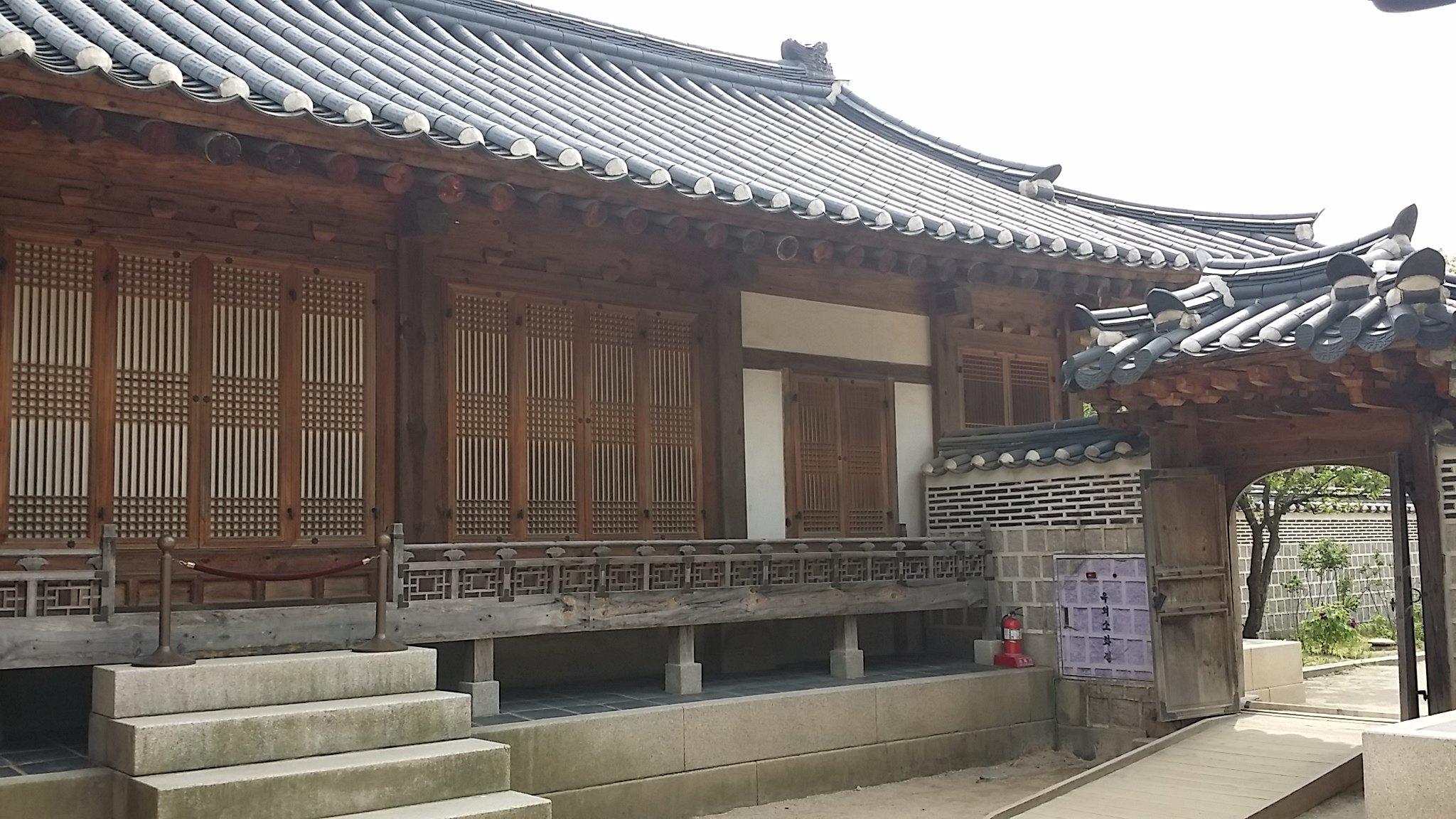 但内廷的建筑和宫门都是如此小,无法与中国皇宫相比.图片