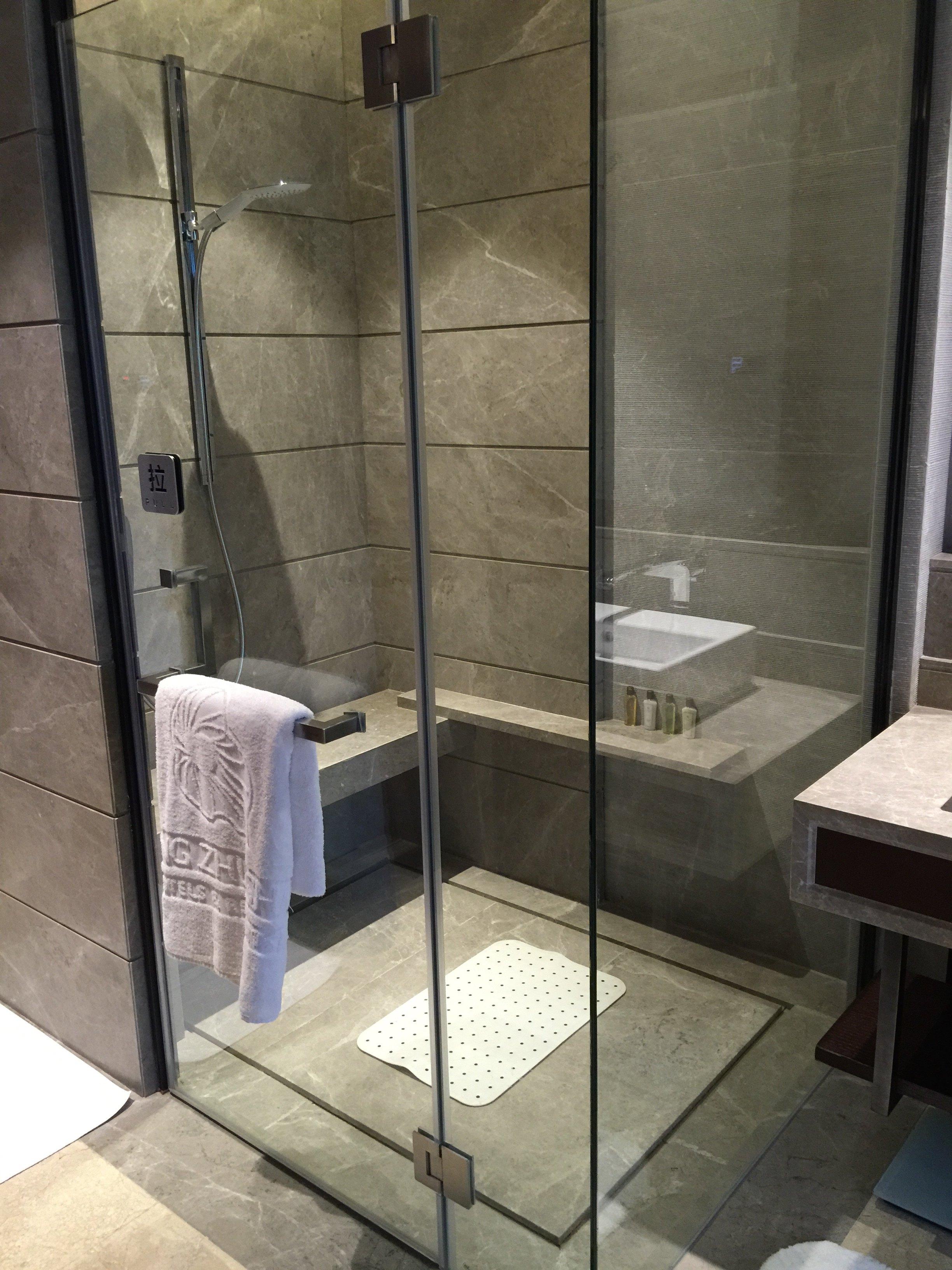 淋浴间在马桶间