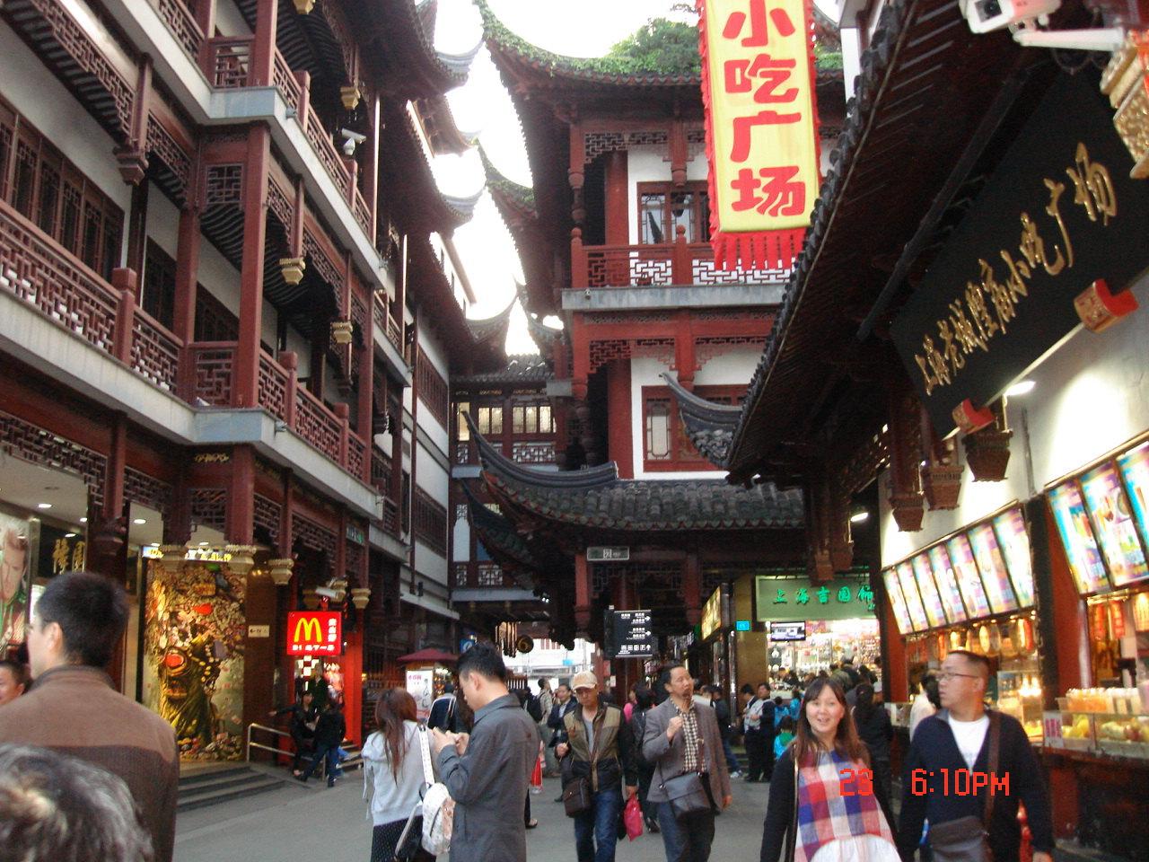 上海的城隍庙是一个让人久久难以走开的地方,特别是晚上的时候,所有的灯光一打开,让古色古香的阁楼瞬间变得炫彩。特别是临近过年的时候去哪里,你会感觉年味特别的浓厚。各种不同的特色小店,各种不同的小吃,在这里听朋友说了一定要品尝南翔的包子,很好奇的排队排了很久,最后20多块钱买了一笼包子,口味感觉还行,没有西安回民街的贾三灌汤包子的皮薄。这里还有老字号的宁波汤圆,看人家工作人员把汤圆做的非常圆。如果时间还早的话,大家可以到豫园里面去瞧一瞧,也非常的不错。交通:城隍庙距离外滩不远,所以在这里乘坐公交或者地铁都很方