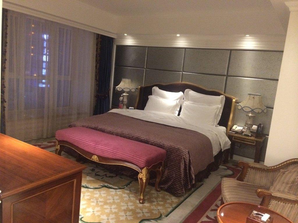 酒店内部装修很漂亮,欧式风格,订的是豪华单间,房间够大,浴室也大.