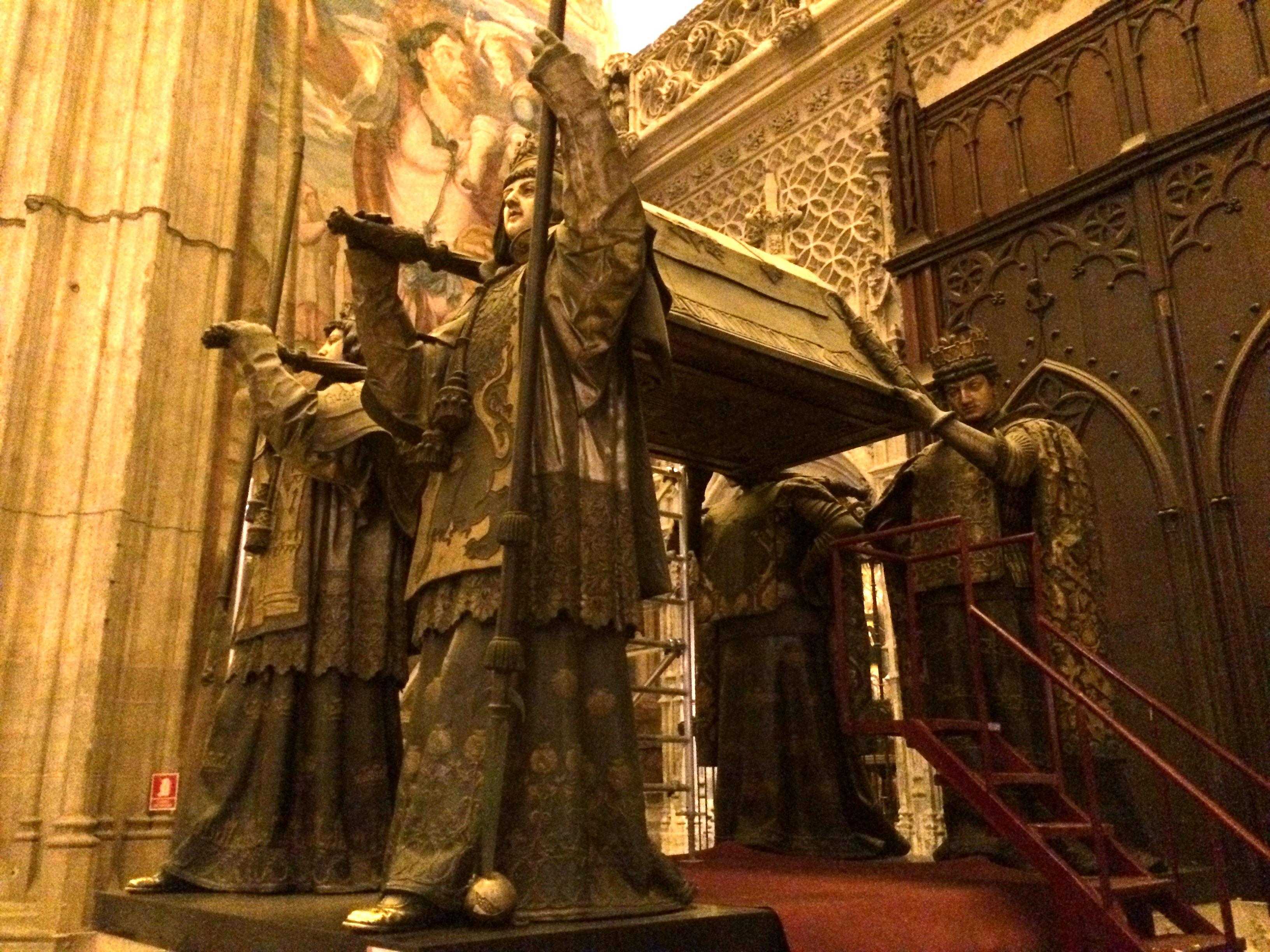 塞维利亚大教堂是欧洲排在梵蒂冈圣彼得教堂和英国圣保罗教堂后的第三大教堂,教堂是1400年将原有的7世纪建造的清真寺推倒后建立的,1598年完工,当时留下了清真寺的宣礼塔,改建成了现在的钟楼-吉拉尔达塔,因此这个教堂有一个最大的特点就是保留了三种建筑的特点:哥特式教堂主体,摩尔式宣礼塔部分和顶部巴洛克式的钟楼顶部部分。教堂正门是一个金属铸成的信仰女神风向标,另一个同样大小的风向标在旁边的吉拉尔达塔上,进门参观,这是典型的哥特式教堂,拱顶,彩色玻璃,墙上悬着高大的管风琴,这里有一个2千公斤黄金铸成的祭台,祭台