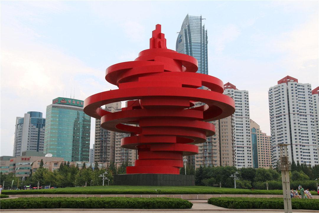五四广场分南北两部分,分布于中轴线上的市政府办公大楼,隐式喷泉