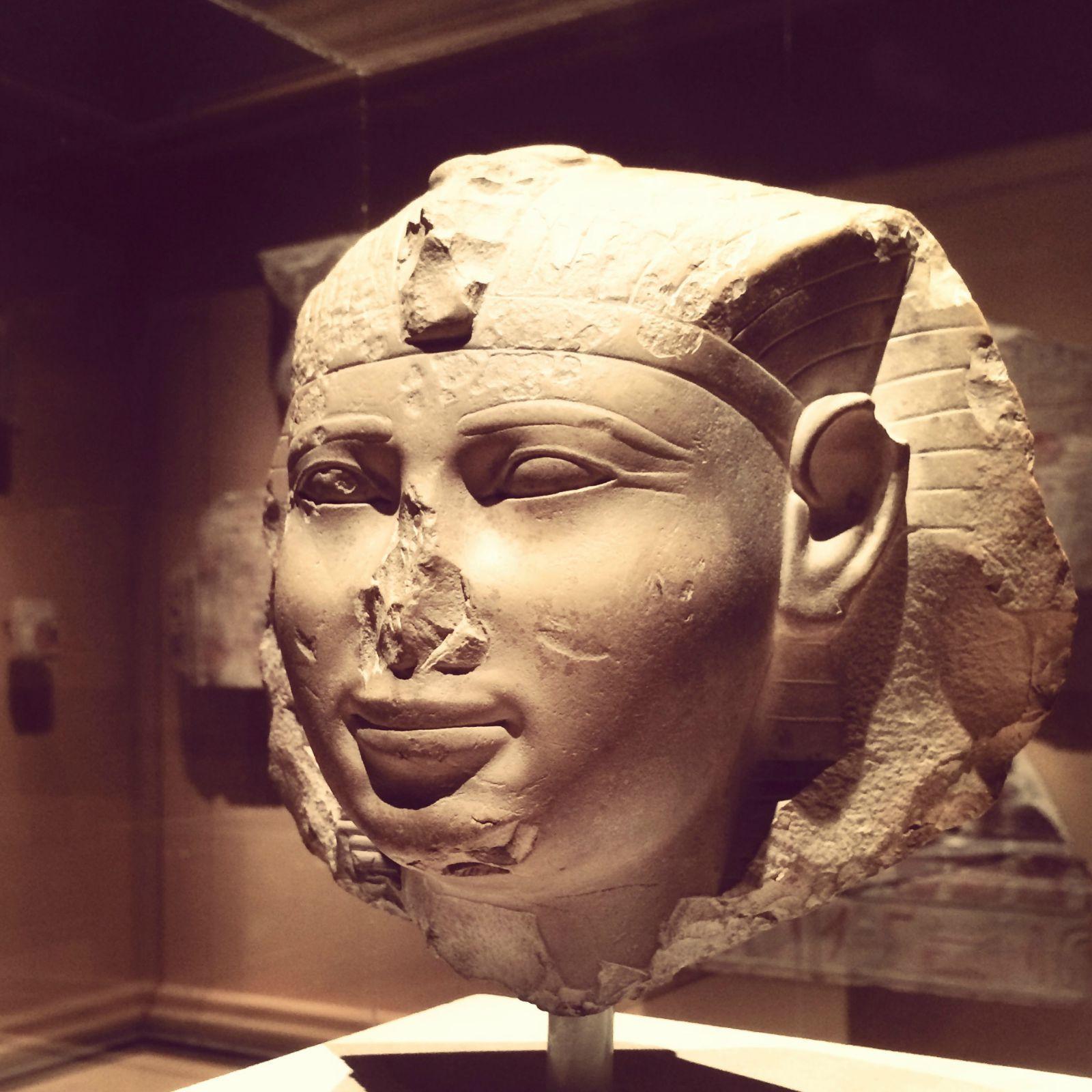 我一直很喜欢古埃及艺术里对于眼睛的刻画,不管是壁画还是棺木,精细