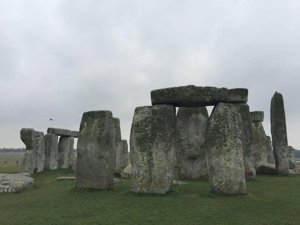 每每看到这些巨石,大家都会心生疑惑,这些石头干嘛放这儿?放了多久了?咋运过来的呢? 根据考古人员考古证明,巨石阵的修建是分几个不同阶段完成的。大约在公元前3100年,开始了第一阶段的修建。首先是修建环形的沟渠和土台。由蓝砂岩排列成两个圆环,是巨石阵的雏形。在公元前2100年至公元前1900年,修建了通往中央的道路。又建成了规模庞大的巨石阵:以巨石为柱,顶上则横卧巨石为楣。构成直径30米左右的圆环。而其后的500年间,这些巨石的位置曾经被不厌其烦地重新排列。形成今天的格局。 那么问题来了,四千年前的人为啥要
