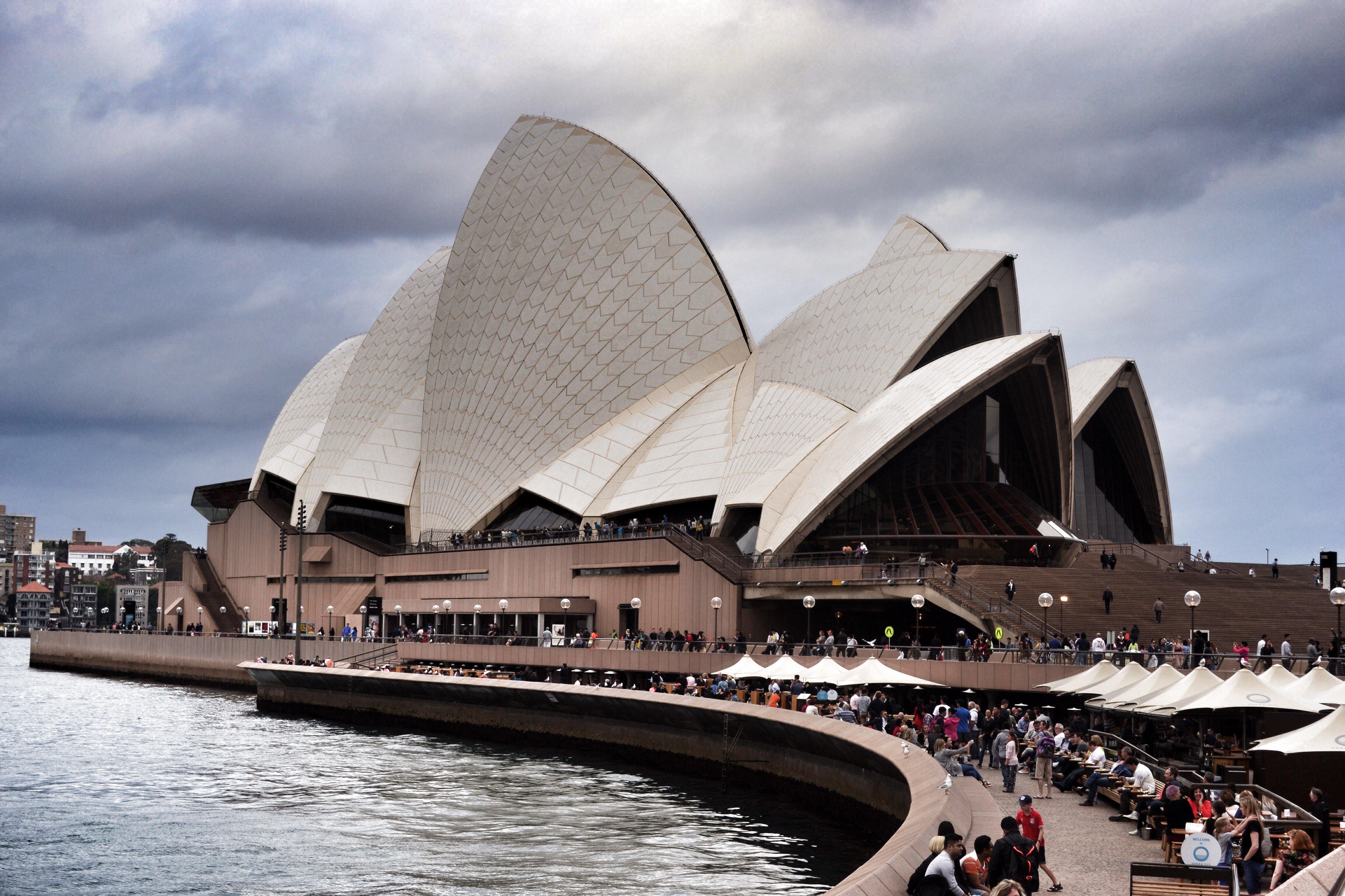 悉尼歌剧院位于澳大利亚悉尼,是20世纪最具特色的建筑之一,也是世界