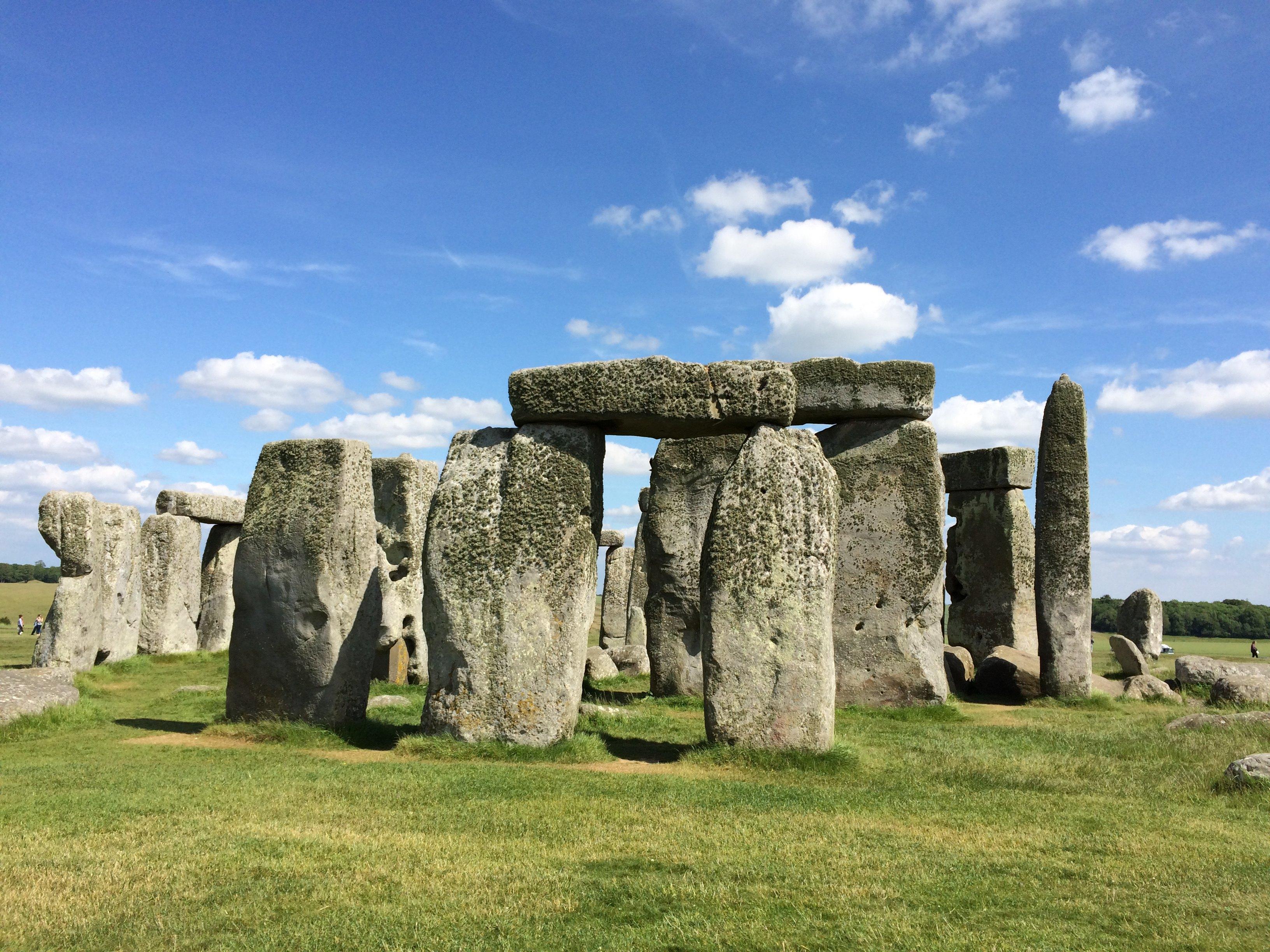 巨石阵是英国最早被列入联合国教科文组织世界遗产名录的景点之一,是大不列颠最著名的史前遗迹,举世闻名,但也是口碑最两极化的景点。喜欢的人会觉得这是一个很了不起的地方,一切都很棒;不喜欢的会觉得离开伦敦一个多小时来看几块平平无奇的石头,很没有意思。小土孩属于前者,而且是巨石阵的狂热分子,说不出什么理由,反正坚决要来这里。所以,我们放弃巴斯,放弃牛津,也要来这个神秘而震撼的巨石阵。       对于这个不来后悔、来了也后悔的史前遗