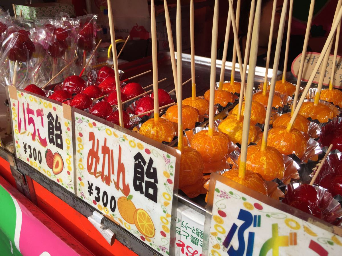 浅草寺里有很多类似中国庙会的小吃摊前来烧香和求签的人非常多我们