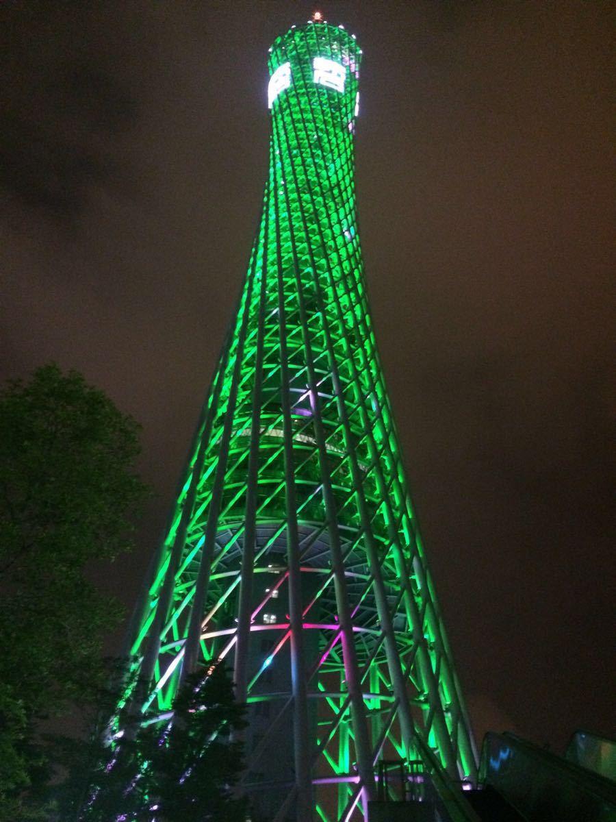 来广州不得不来广州塔。为了同时看到广州白天的美景和晚上的夜景,我们选了17:30-19:30这一时间段。在自助售票机上快速取了票,稍微排了一会儿队就登上了塔,首先到了107层,广州美景一览无余,走楼梯上了108层,再等了一会儿,我们就去排队坐摩天轮了,这时正好夜幕降临,美景尽收眼底。同时,极速云霄就在摩天轮旁,胆子大的可以试试。下了塔之后,出口的地方还可以欣赏到高科技,不得不赞叹人类的智慧结晶啊。总而言之,这次广州塔之行不虚此行。棒棒棒!