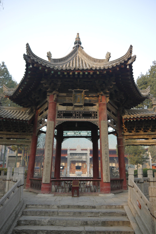化觉巷清真大寺(门票25),是西安最古老的两座清真大寺之一,是伊斯兰文化与中国文化相融合的产物,殿内的雕刻藻饰都由阿拉伯文套雕组成。始建于唐天宝元年,寺内有建于17世纪初高9米木结构大牌坊,精缕细雕。殿内有石牌七通,碑文有阿拉伯文、波斯文和汉文。第四进院有可容纳千余人的殿堂,殿内有壁画400余幅,以阿拉伯文为图案,构图各有千秋。 我本来想进入看看,无奈某坏人说清真寺有什么好看的。。。。。在此表示弱弱的谴责,我也后悔自己没有坚持。全国各地以佛教寺庙而出名的旅游景点可谓举不胜举,而陕西又多道观,所以当你由西安