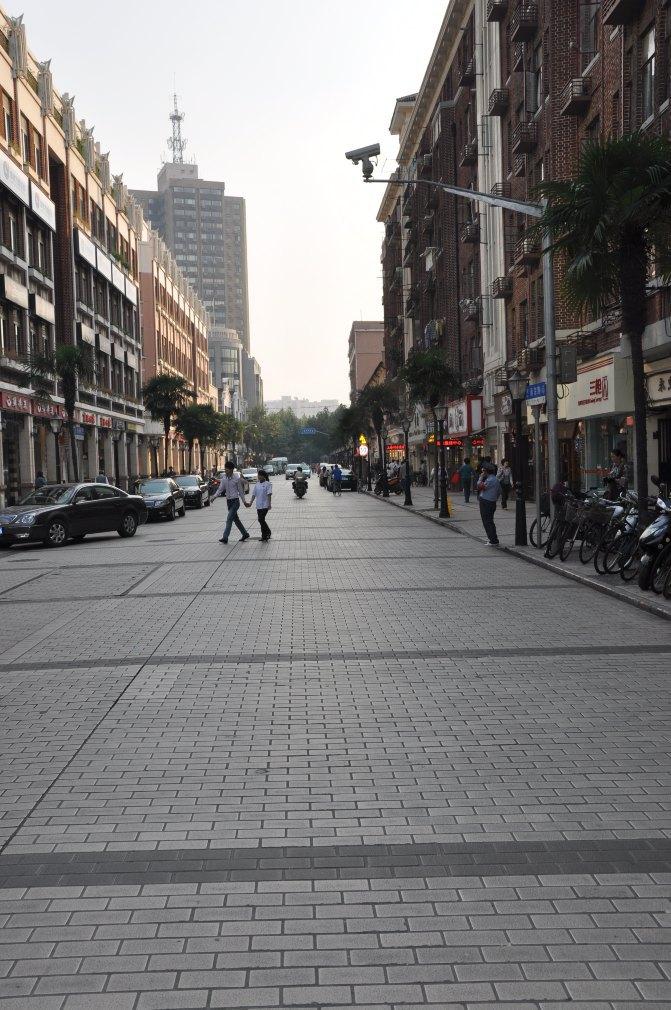 徜徉其中,感受着浓浓的欧式风情,街道两旁精致的法式建筑,独具韵味的